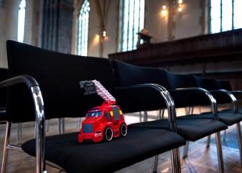 Een lege stoel in heel veel kerken