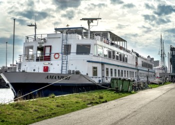 Slaapboot 'Amanpuri' voor onderhoud naar het dok