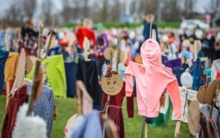 Kamp Morra: een weiland vol poppen