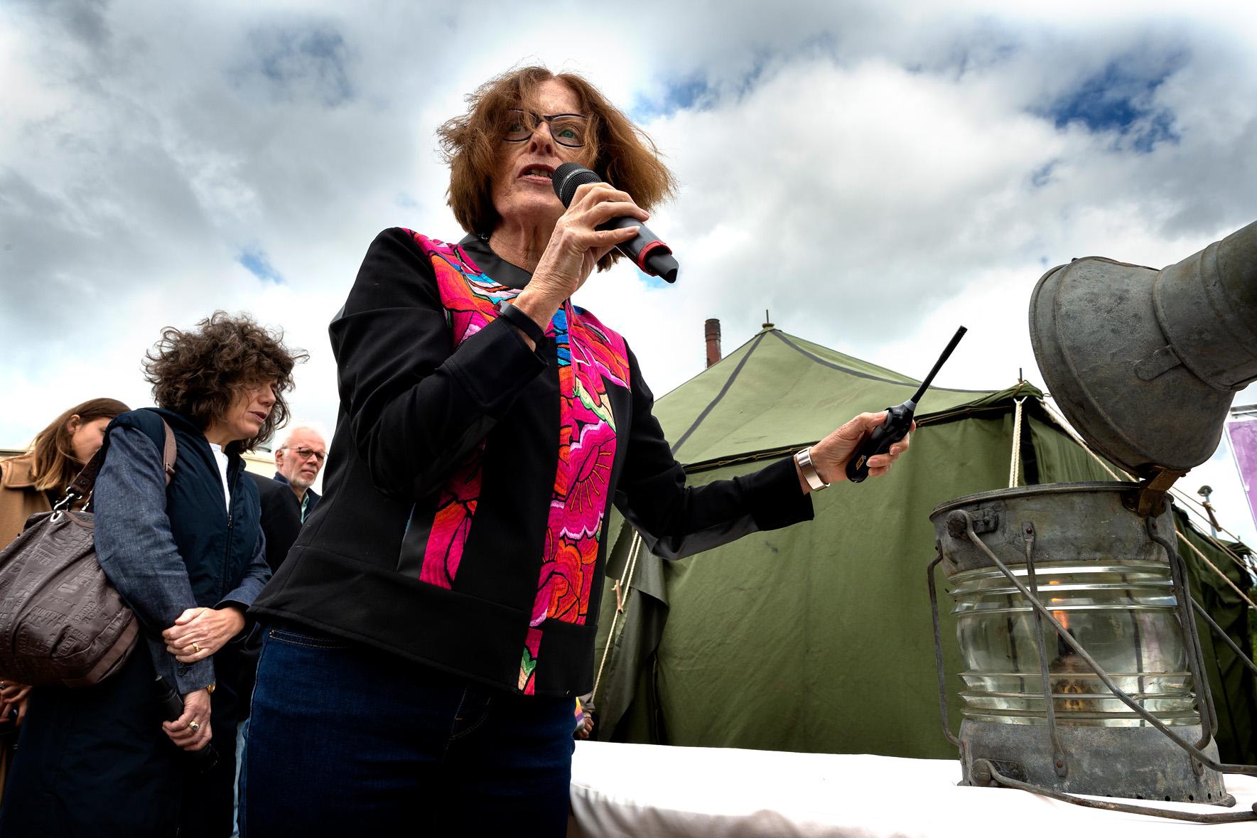Ineke Bakker steekt stormlantaarn tentenkamp aan zat 23 jun 2018