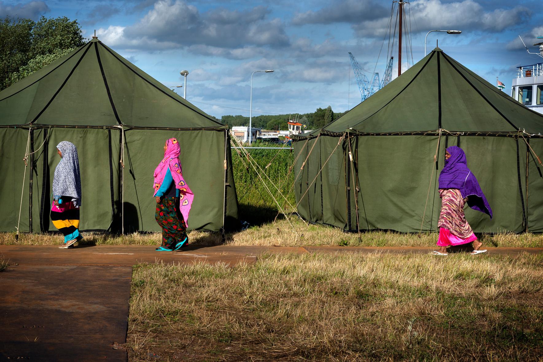 Somalische vrouwen voor tentenkamp zat 23 jun 2018