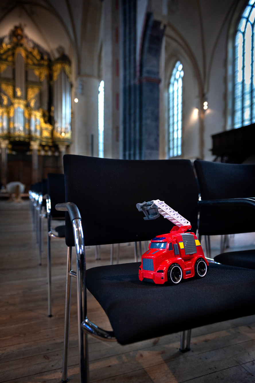 Speelgoed op stoel in Martinikerk 12 dec 2018 oproep Kinderpardon