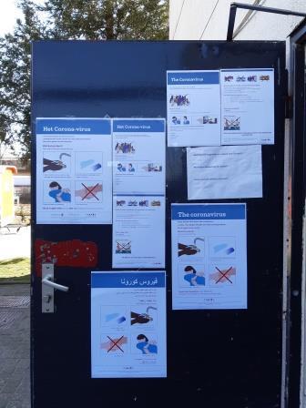 F1 deur met coronaposters.jpg